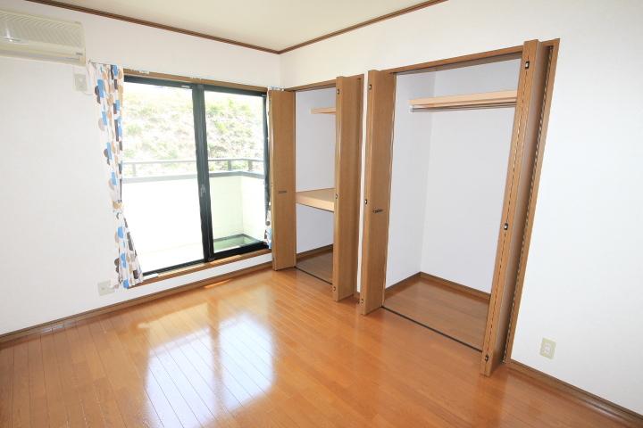 2階主寝室。収納充実。書斎付。バルコニーもございます♪