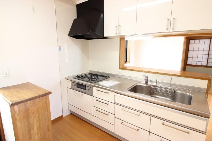 キッチン道具や食器を収納できるシステムキッチンです