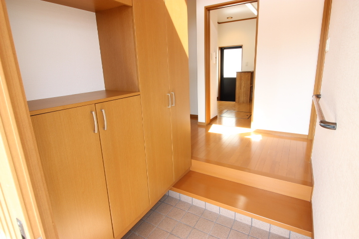 飾り棚が備わったシューズボックスがついています 明るい玄関です