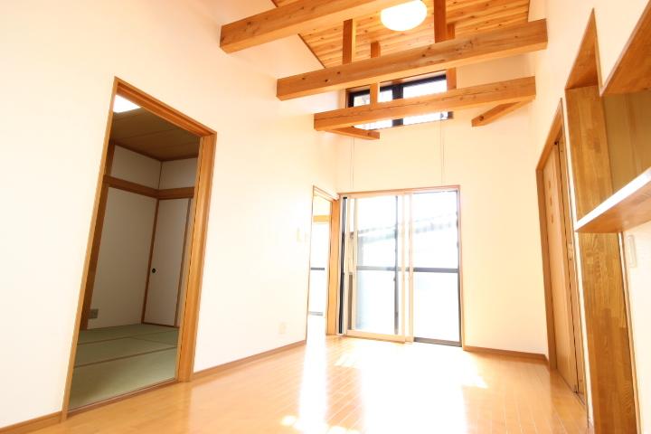 南から明るい光が射し込む陽だまり空間 梁がおしゃれで特徴的な居室です