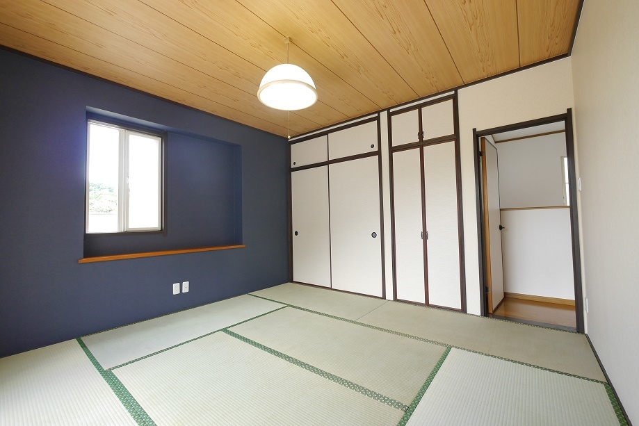 8帖の和室にネイビーのアクセントクロスがおしゃれな内装