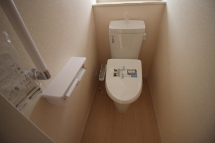 トイレはウォシュレットタイプです 正確には温水洗浄便座です ウォシュレットはTOTOの商品名なんです