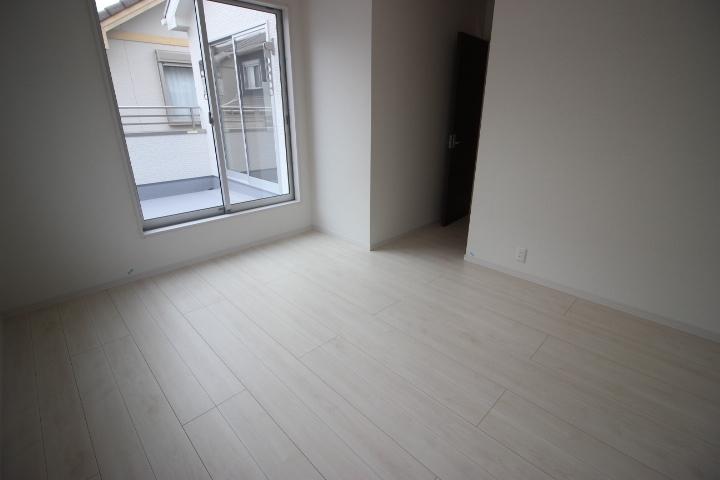 2階 7.5畳洋室 バルコニーに出入りができ、ウォークインクローゼットが備えられた洋室です。