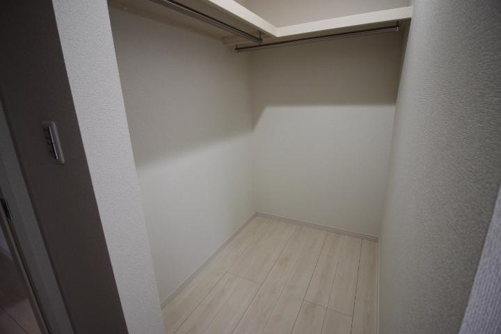 7.5畳洋室のウォークインクローゼット 使い勝手の良いハンガーポールと棚が備え付けられています