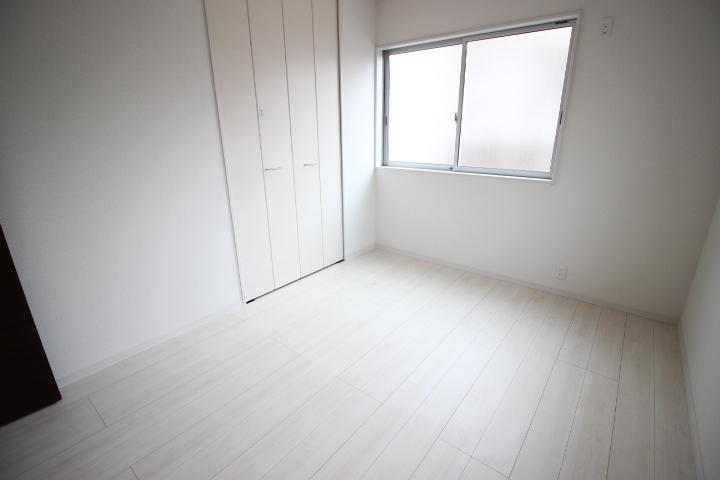 2階 6畳洋室 収納がついた居室です。窓からやさしい光が差し込みぬくもりを感じられる居室です