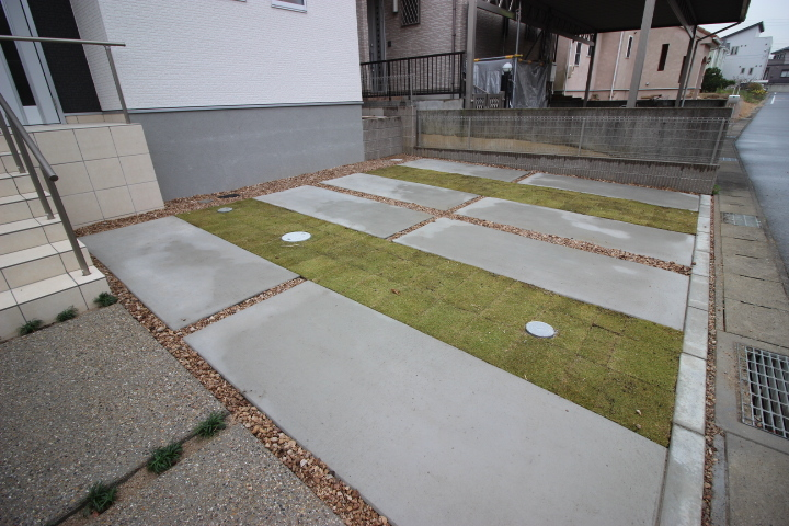 駐車場には2台駐車可能です。 公道が約6mのため駐車もしやすいですね