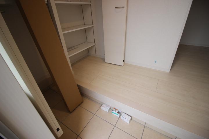 玄関には収納が2つあります。 靴や雨具などを収納できるので玄関をすっきりと使えますね