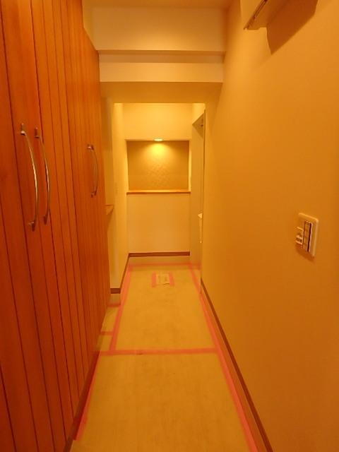 廊下 玄関収納が豊富です。
