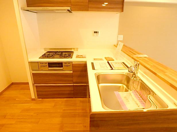 L字型のカウンターキッチンは作業スペースが広く使いやすいです。