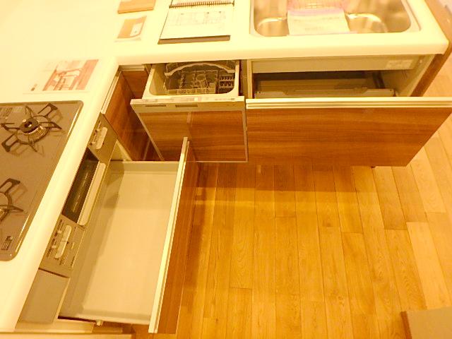 三口コンロや食洗器、グリルなど設備が充実しています。