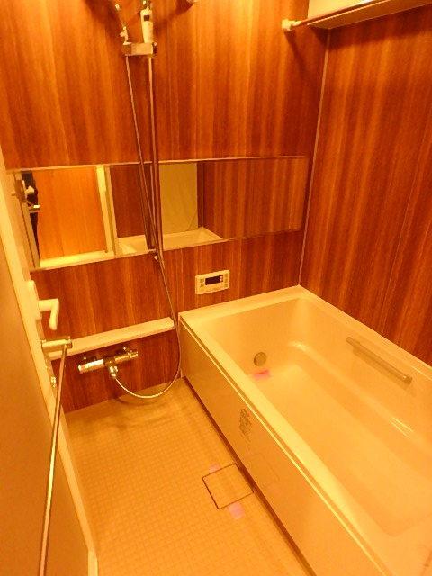 木目調の壁面がリラックスできる高級感のある浴室