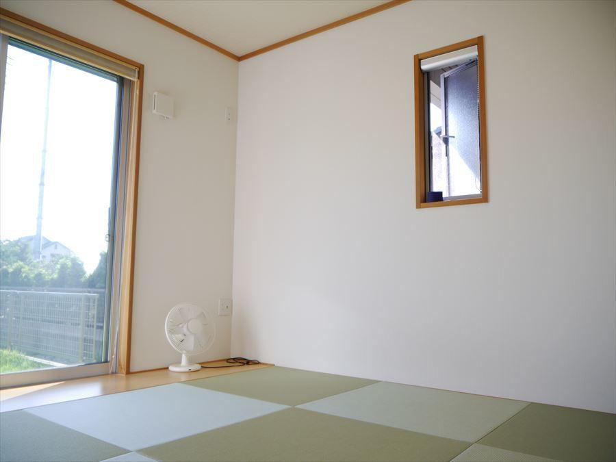 リビングに隣接した約5.25帖の和室。窓を開けて畳で寛いでいると外からの爽やかな風が入り込み、気持ちのいいお昼寝ができそうです♪
