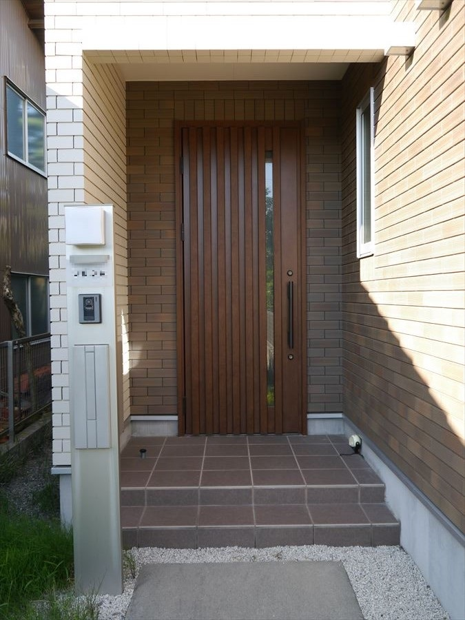 外出時・帰宅時、家の中でも一番触れることの多い扉ではないでしょうか?落ち着きのある立派な玄関ドアが出迎えてくれます。