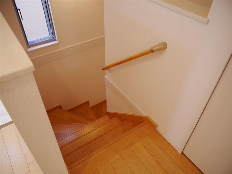 1階と2階をつなぐ階段には、手すりが付いていますので、小さなお子様が遊びに来たときにも安心・家族にも暮らしやすさの続く安心なつくりになっています。