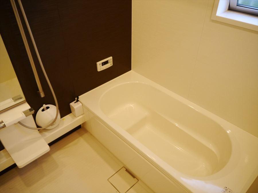 仕事・家事の疲れを癒す浴室・・。半身浴も楽しめます♪小窓が付いていますので、湿気を逃がし、清潔感を保ちます!