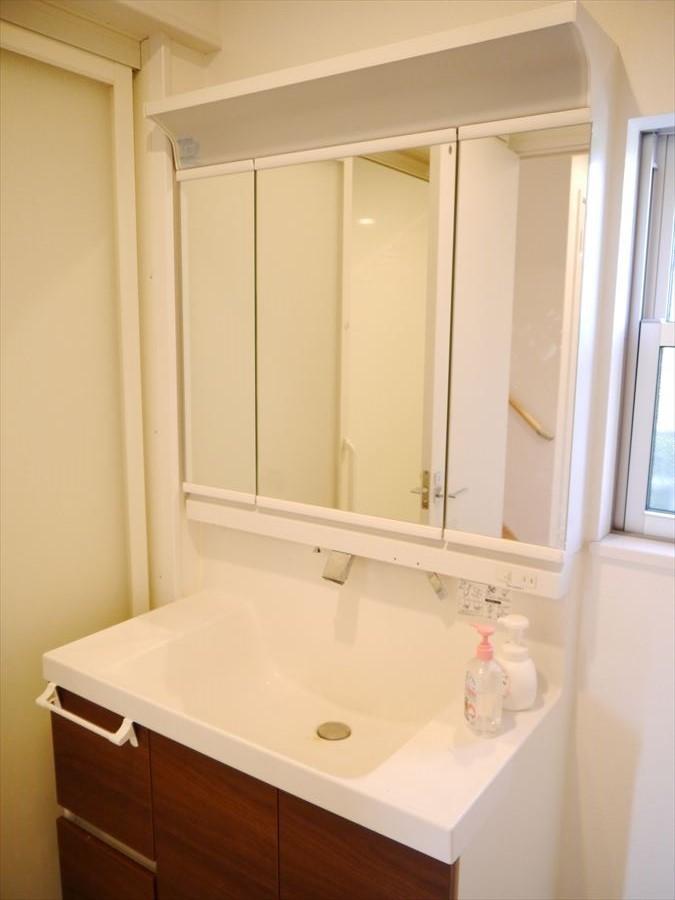 収納豊富で大きな鏡の付いた洗面台は、家族で身支度の時間が重なっても余裕持って支度できます!