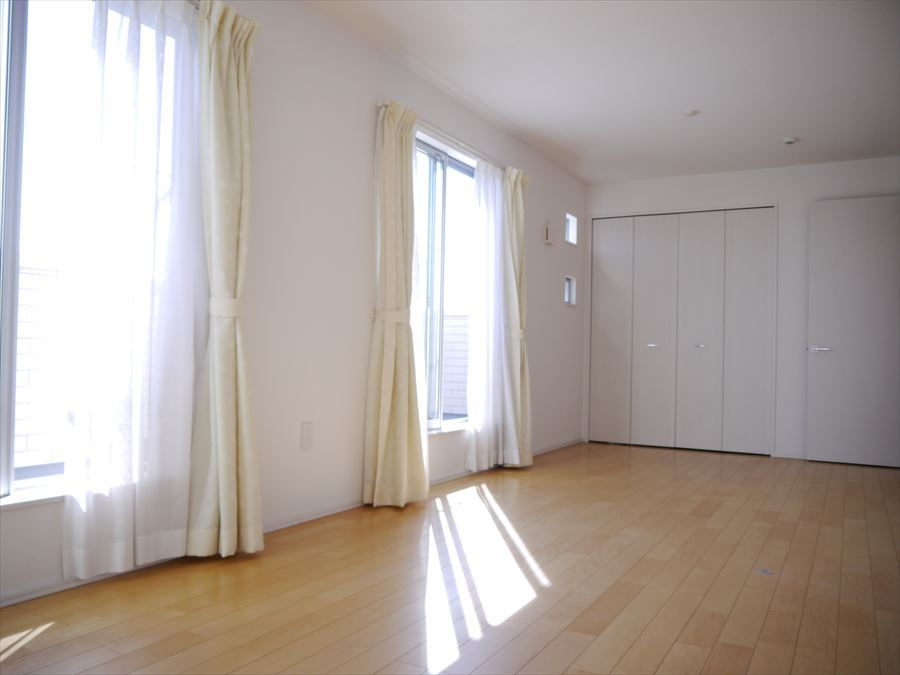 2階12帖の洋室です。扉、収納が2つずつ付いていますので、生活スタイルの変化によって6帖の居室2部屋としても使用できます!
