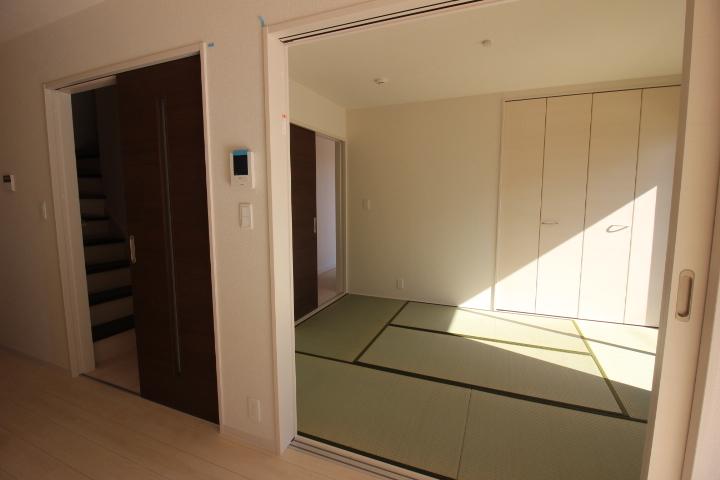和室 リビングに隣接した和室は、リビングの延長としても利用可能♪
