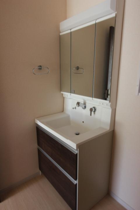 洗面台 洗面台は3面境を採用。 シャンプードレッサーもついており、朝の準備が少し楽に。