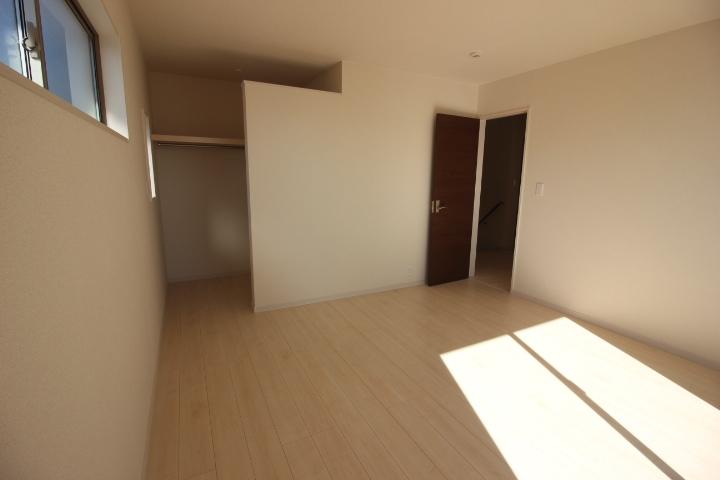 2階洋室 ウォークインクローゼットつきの8帖の洋室。 主寝室にオススメ。