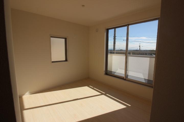 2階洋室 2階居室は全室2面採光。 風通しが良くなり、湿気がこもり難いです。