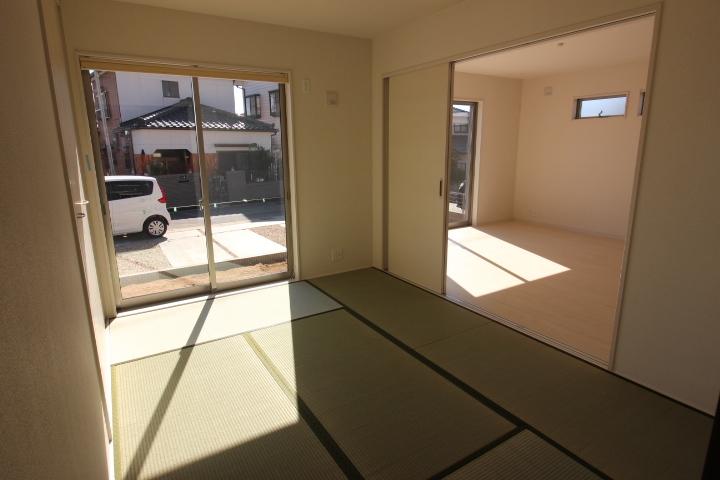 和室 リビングに隣接した和室は、リビングの延長としても利用可能。
