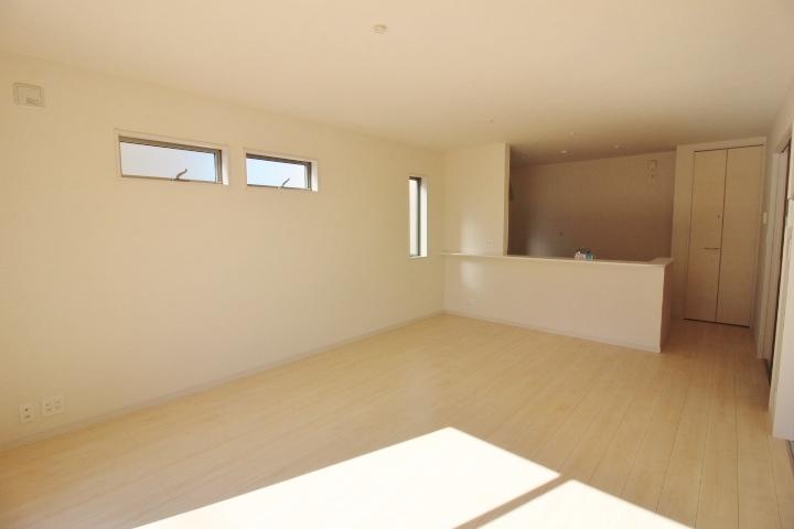 15.75畳のLDK。 白基調のリビングはどんな家具にも合わせやすく、綺麗にまとまります。