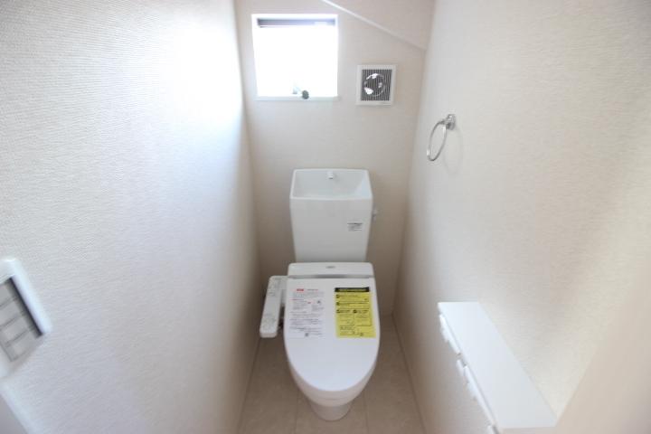 1Fトイレです。おそうじに嬉しい洗浄便座です。