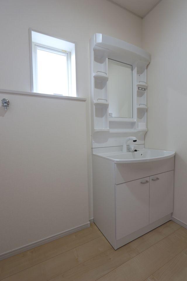 大型の洗濯機も無理なく設置できる広さです。 洗面台はシャワー付き。 床下収納庫もございます