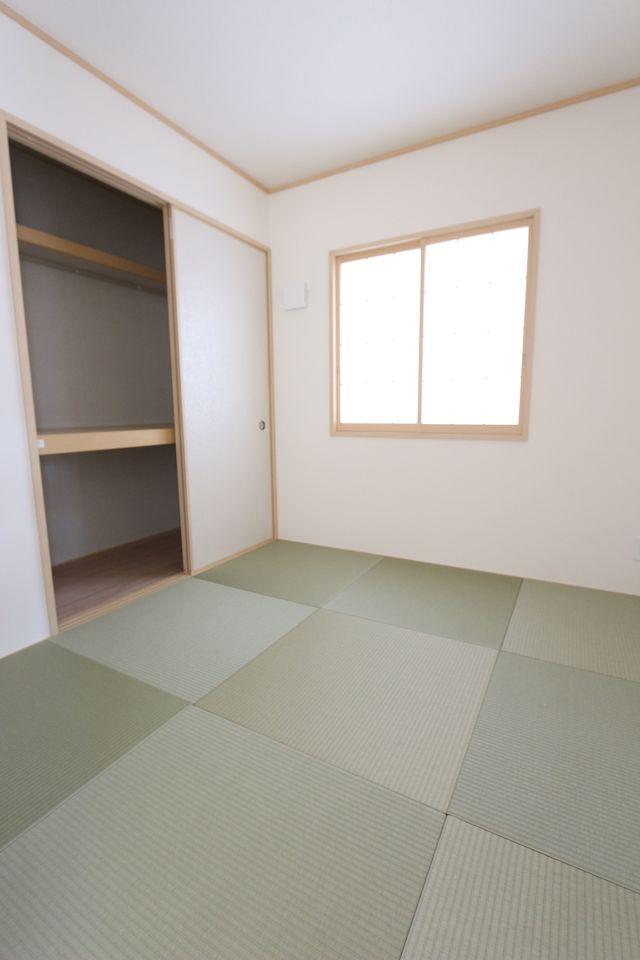 琉球畳を採用し、お洒落な印象になりました。 押入れがあり、寝室や客間としても役立ちます
