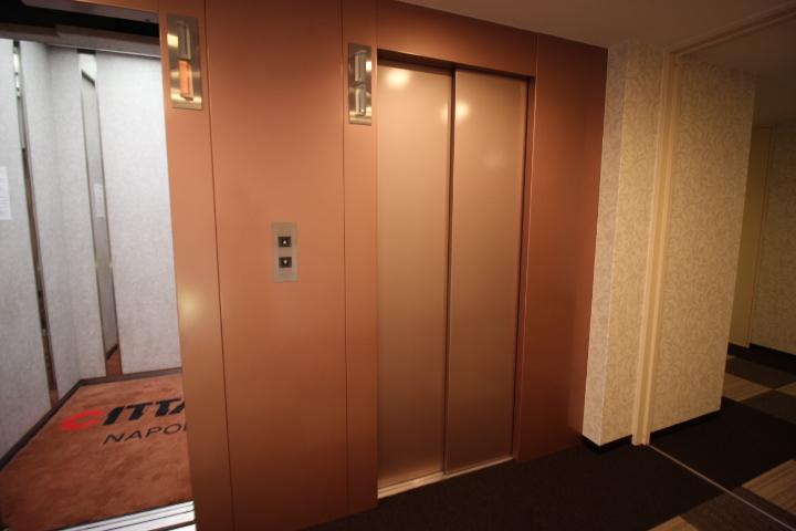 エレベーターは3基完備されています。