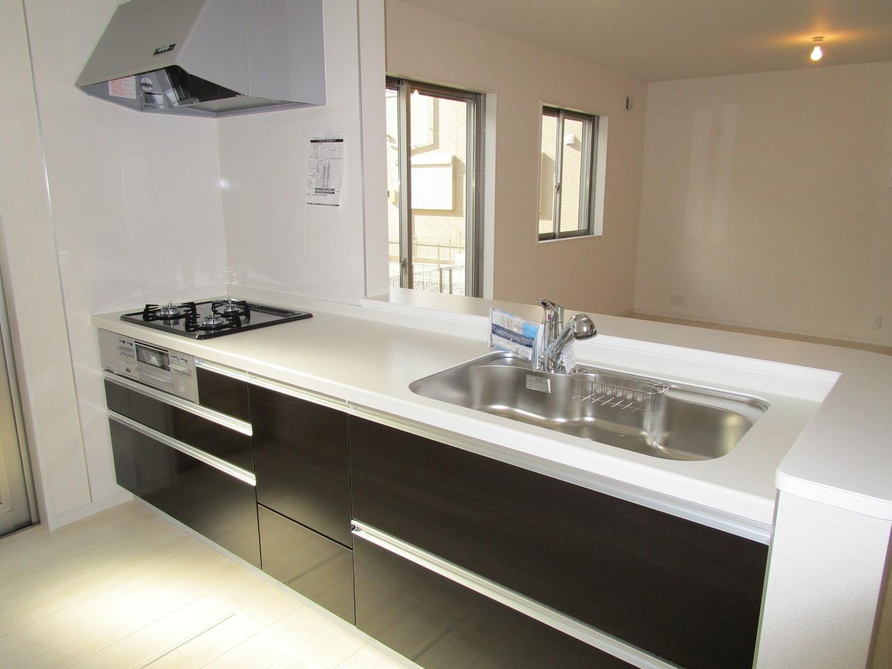 カウンターキッチンには引き出しタイプ収納がたくさん、使いやすいです。