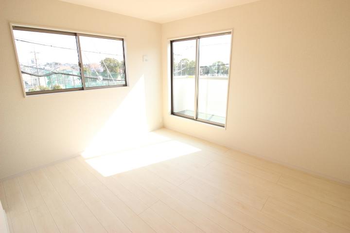 2階 7畳洋室 ウォークインクロゼットのある住まいで収納上手な生活 ルーフバルコニーへ出入りできる居室です