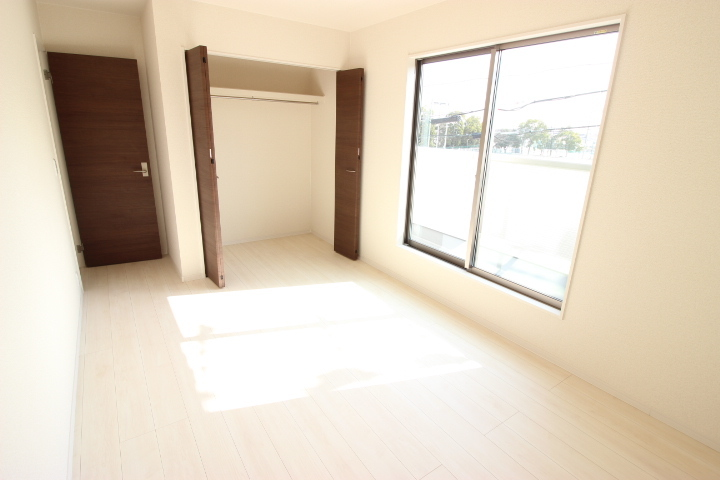 2階 7.25畳洋室 バルコニーに出入りができ日当たりの良い居室です