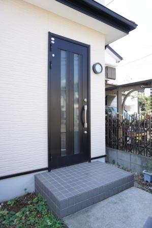 現地(2017年10月)撮影 玄関ドア塗装済。