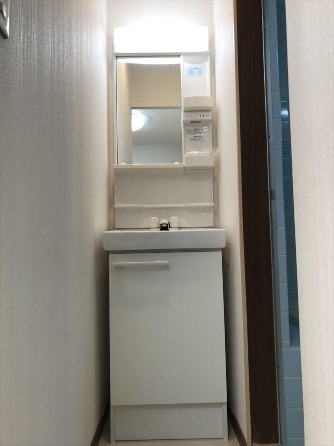 収納付きの洗面台でシャンプーや洗濯洗剤などのストックが出来ます。