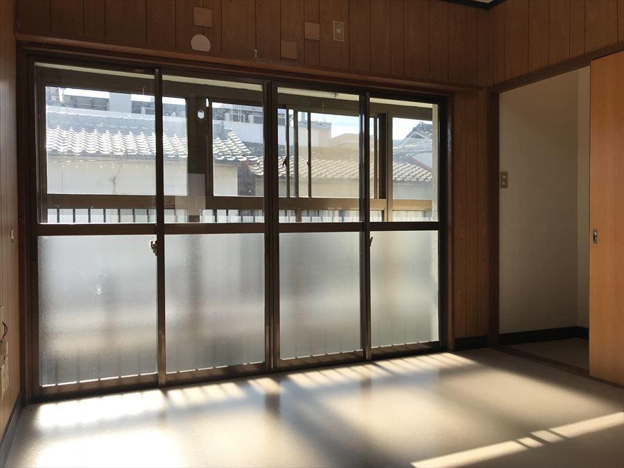 2階6帖の洋室には南面のサンルーム越しにポカポカと暖かい陽が入ります。