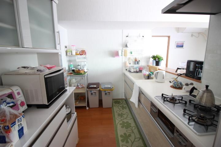収納がついたキッチンは便利な3口コンロです