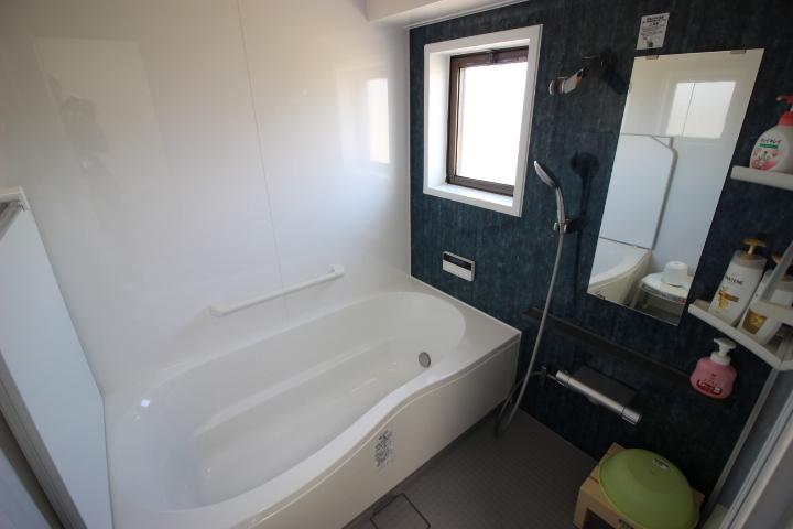 換気もしっかりとできる小窓つきのバスルームです