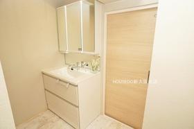 ゆとりのある洗面台で毎朝の身支度もスムーズに。鏡裏にもたっぷり収納スペースがございます。いつもスッキリ保てますね。