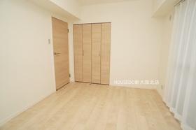 5.9帖の洋室部分。 バルコニーに面しています。 角部屋につき2面採光のお部屋です♪  淀川区に強い!地域密着型不動産の『ハウスドゥ新大阪北店』にお任せください♪
