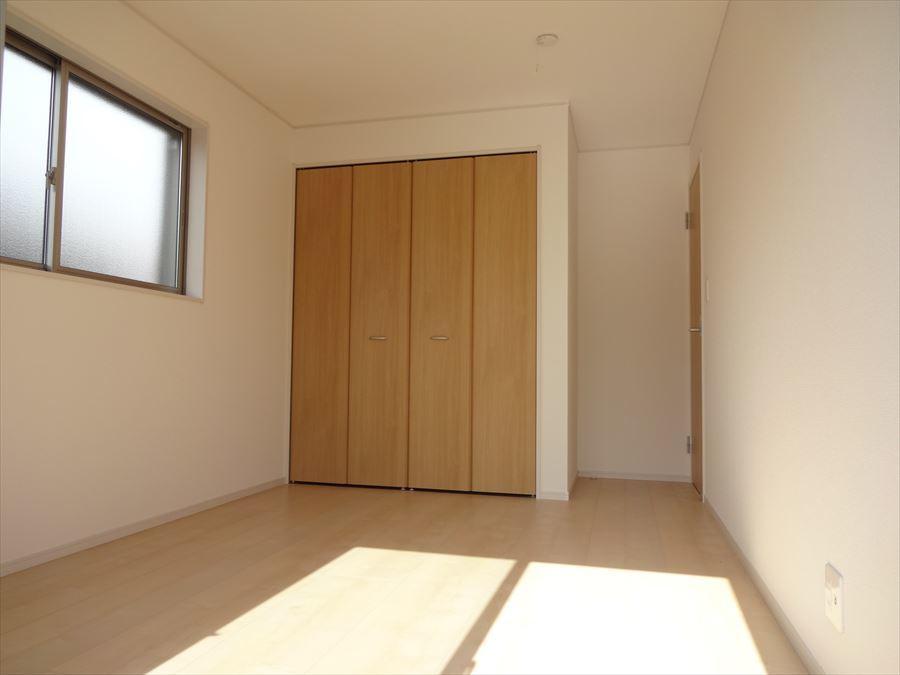 6.5帖の洋室はバルコニーへ出ることができます。南向きで風通りも良く光も差し込みます◎