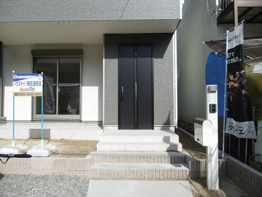 落ち着きのある色の玄関ドアです。