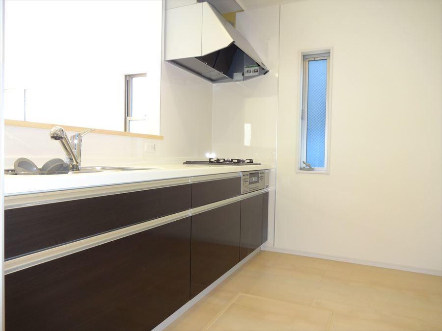 収納豊富なシステムキッチン。黒と白でまとめられており、かっこいい大人な印象です◆