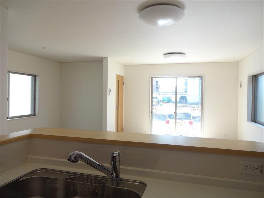 キッチンからの眺めです。大きな窓からの明るい光がキッチンまで届きます!
