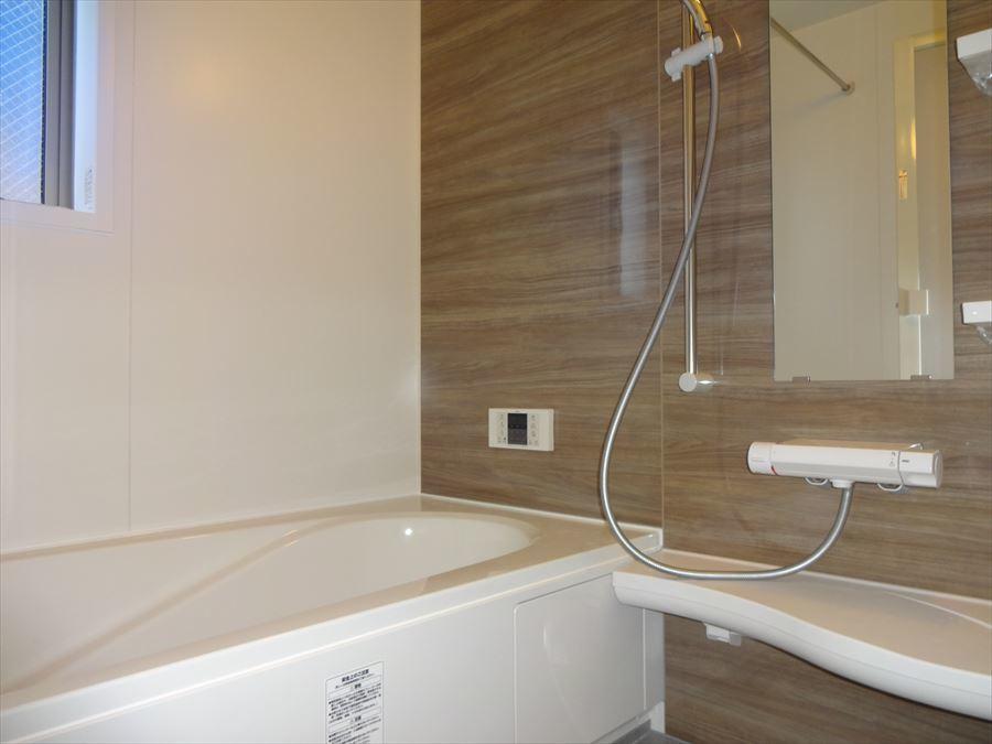 のんびりできるゆったりサイズの浴槽。毎日の疲れを癒してください♪物の置き場所も十分ございますのでバスグッズを集めていくのも楽しそうです(^^)