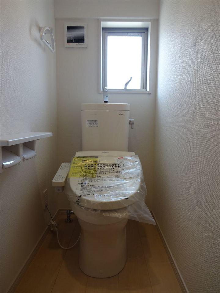 洗浄便座で使用後はスッキリ♪小窓もあり、明るく換気にも◎