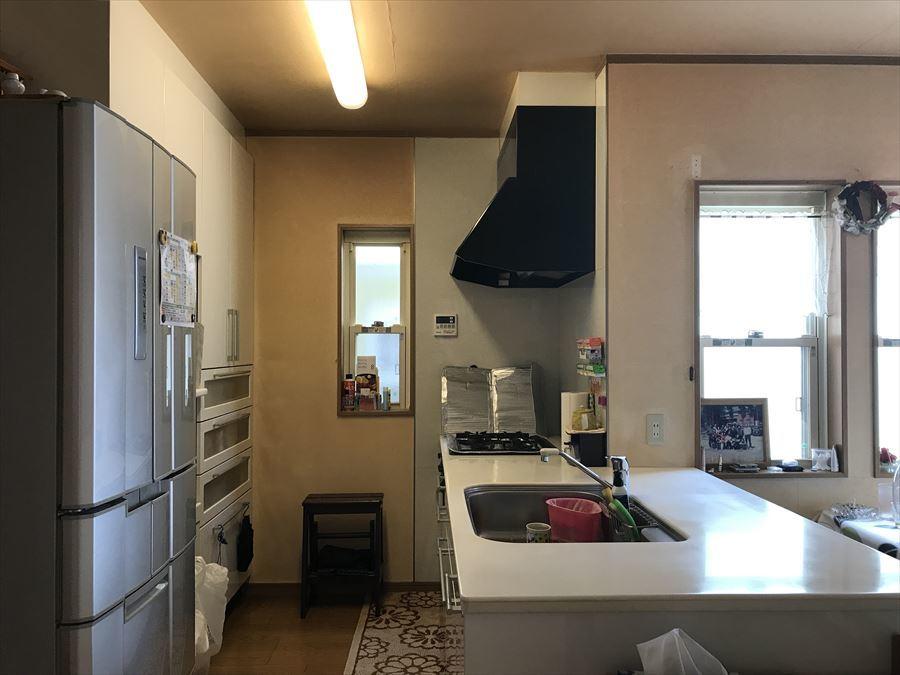 階段を上がってきた時の景色です。窓が多く、パッと明るくなりますね!キッチンは作業スペースもゆったりしています。
