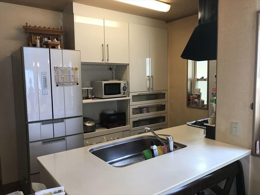 キッチン自体にも収納がありますが、後ろにも大型のカップボードがあります。食器や食料など、たくさん保管できるので、いつでもキッチン周りはスッキリ!