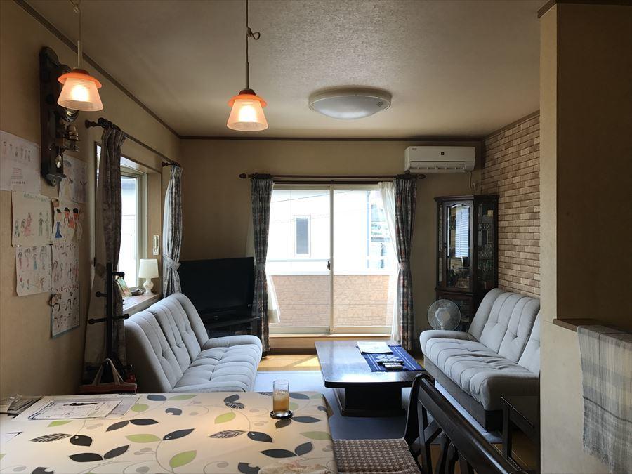 食卓とくつろぎのソファー空間を、同じリビング内で分けることができます。